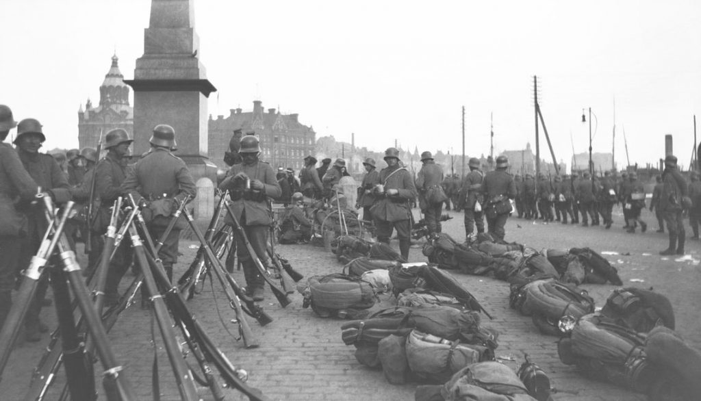 The occupation of Helsinki: German soldiers in Market Square, by the monument the Empress's stone.